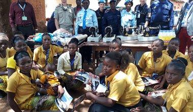 Le réseau des femmes de la Police MONUSCO offre du matériel de coutures aux filles mères de Sakana