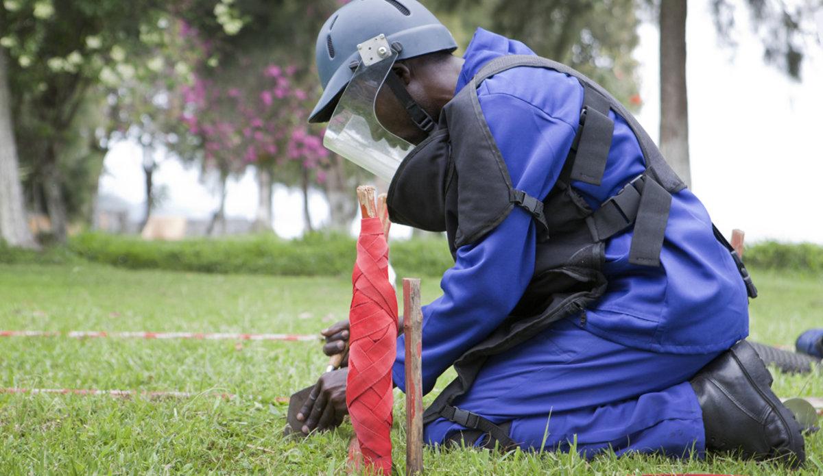 Un démineur s'entraîne à nettoyer une zone dangereuse. Photo MONUSCO