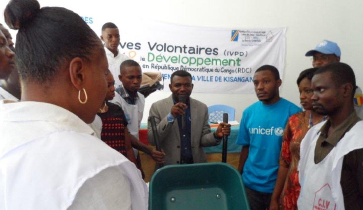 Les VNU remettent un lot d'outils d'assainissement au Corps des Jeunes Volontaires  Congolais