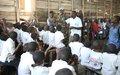 Des casques bleus Malawites apportent des dons à un orphelinat de Kimoka, près de Sake