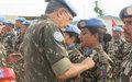 Le Commandant de la Force de la MONUSCO remet la médaille des Nations Unies aux casques bleus népalais