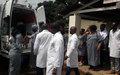 Des employées de l'ONU donnent des médicaments aux enfants cancéreux à Lubumbashi